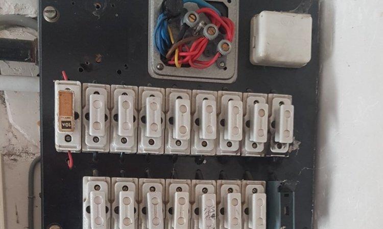 Ancien tableau électrique à fusibles en porcelaine - artisan électricien au Mans